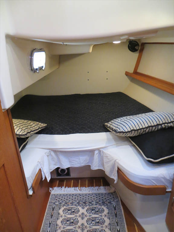 Aft stateroom berth, capable of accommodating guests either in a fore-and-aft orientation or athwartships